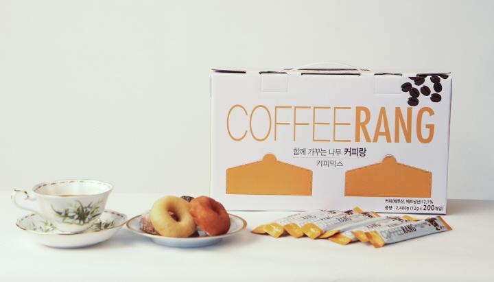 최고의 맛을 구현한 COFFEERANG만의 황금비율 포항바이오파크 연구진과 지속적인 소비자 조사를 통해 찾아낸 커피, 프림, 설탕의 황금비율! 100T, 200T 두가지로 구성되어 있습니다. / 함께 가꾸는 나무 커피팡 / 풍부하고 깊은 향 달콤하고 부드러운 맛